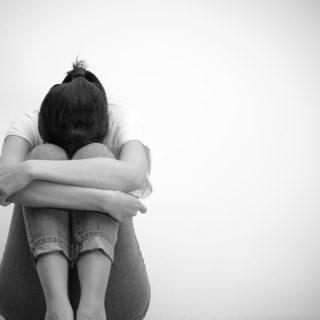 不妊悲しむ女性