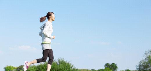 公園を走る女性