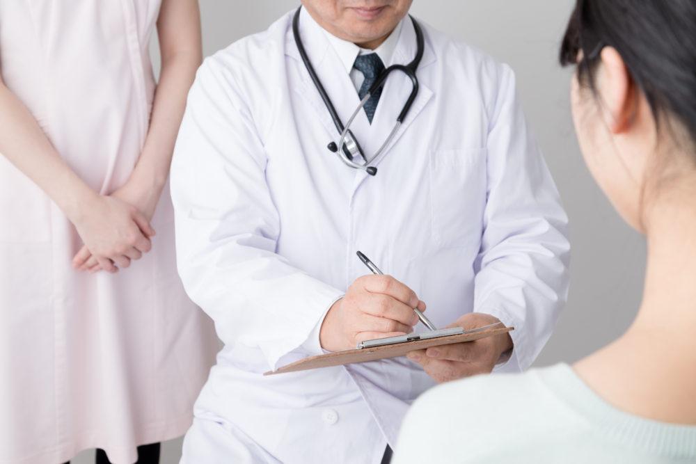 診察をする医者と女性