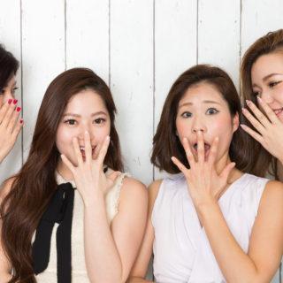 耳打ち驚く女性たち