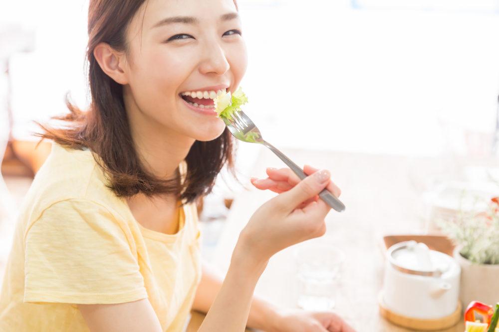 健康食事する女性