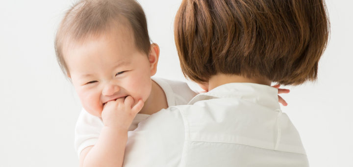 抱っこされる赤ちゃん(笑顔)