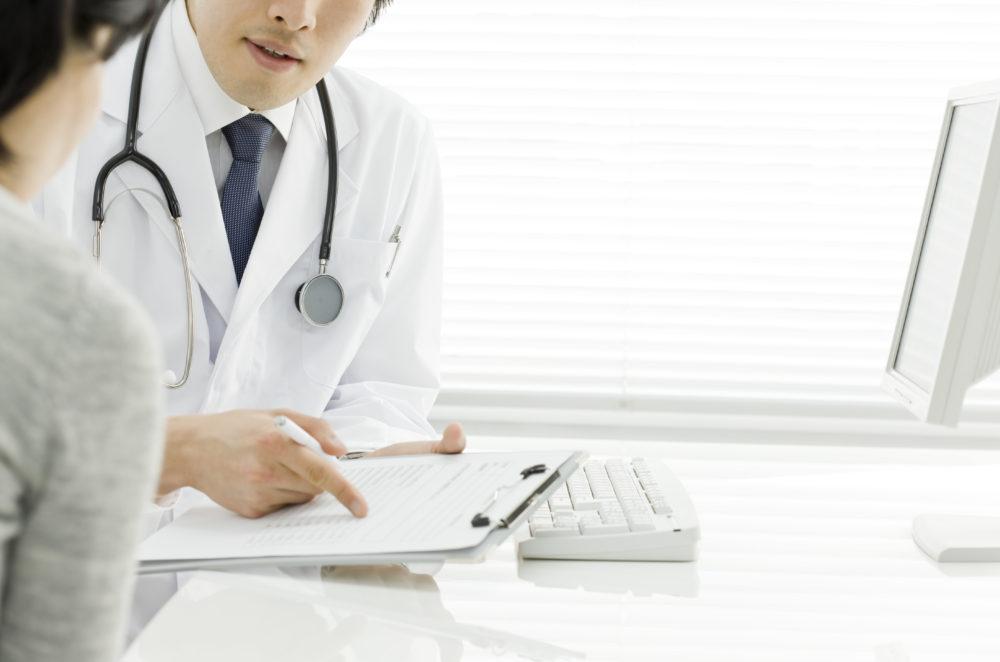 不妊治療 医師と女性