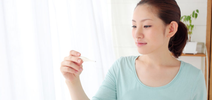 基礎体温測る女性