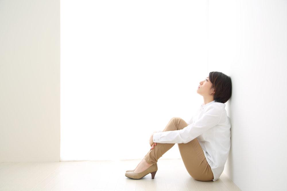 悩み考え込む女性
