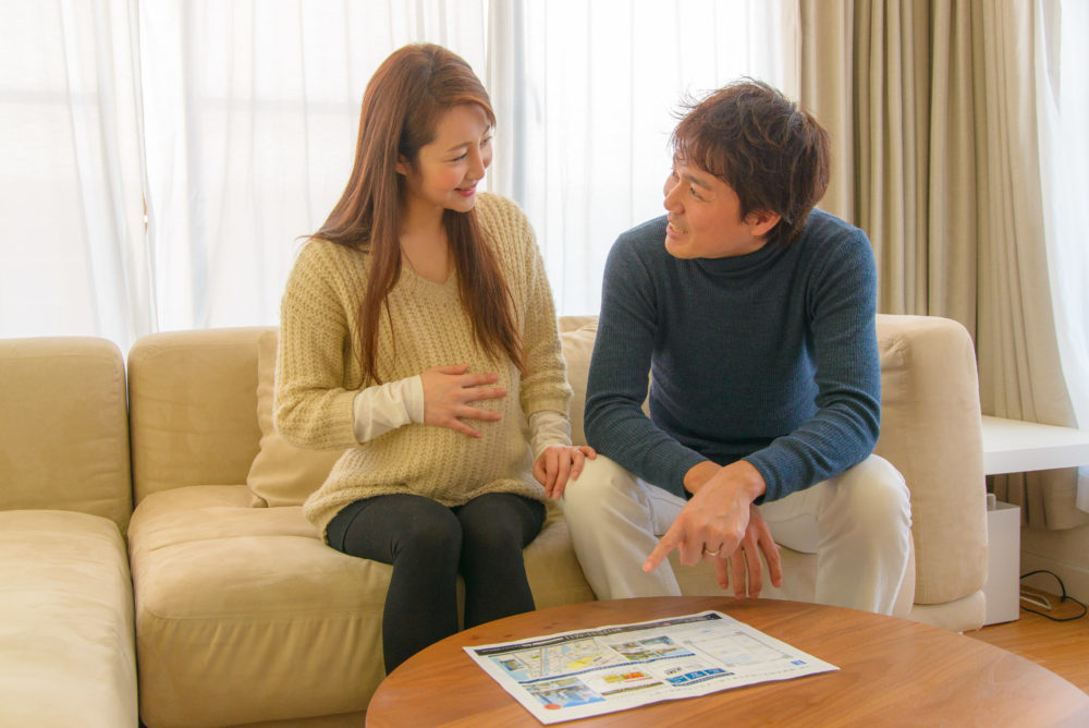 妊娠喜ぶ夫婦