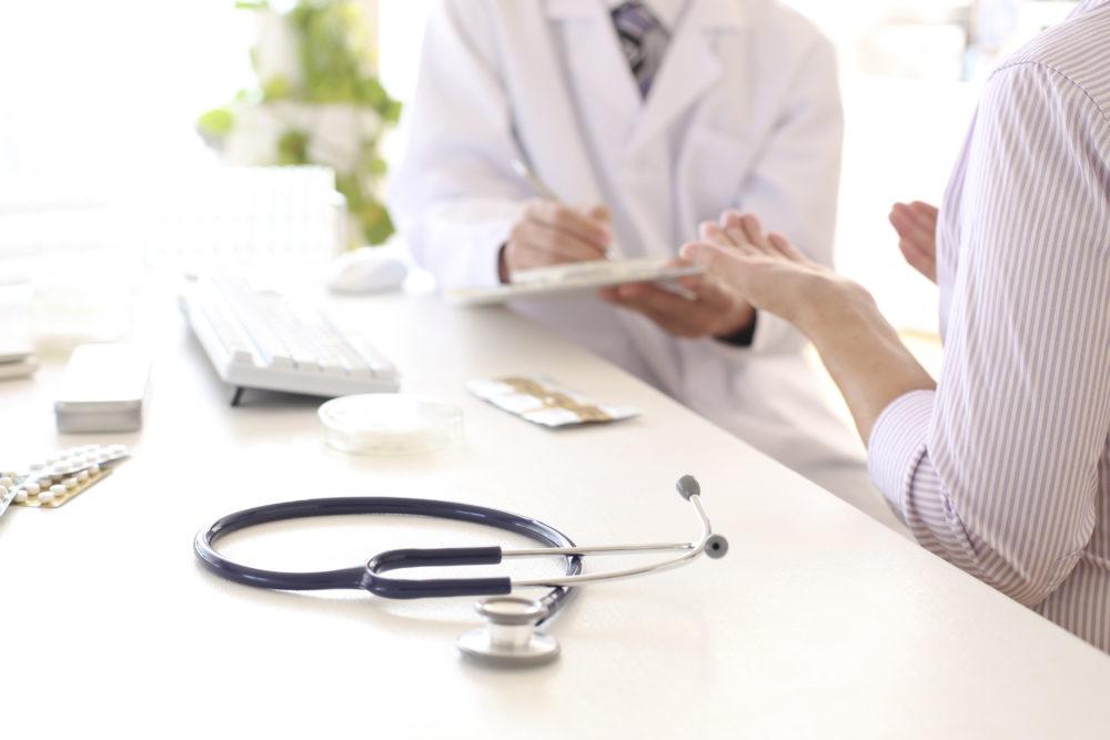 赴任治療医師と話す女性