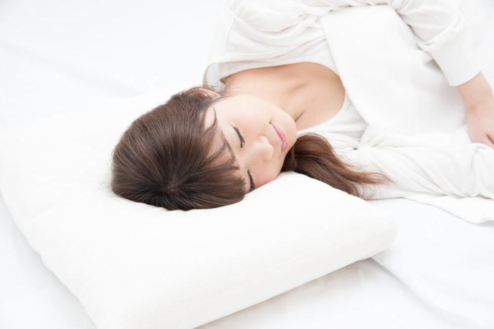 寝る睡眠女性