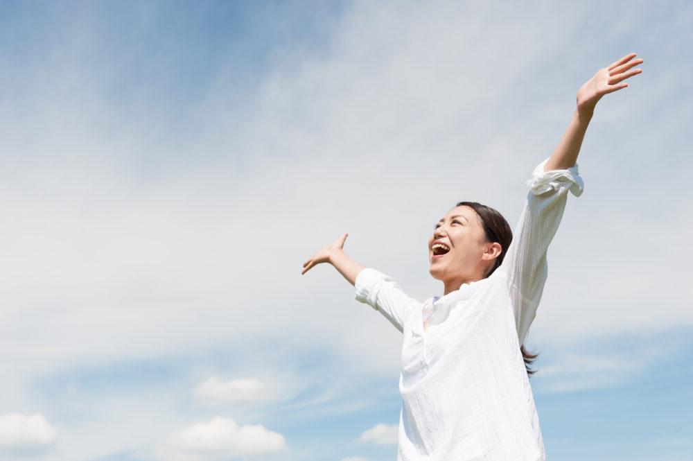 上向かって手を広げている女性