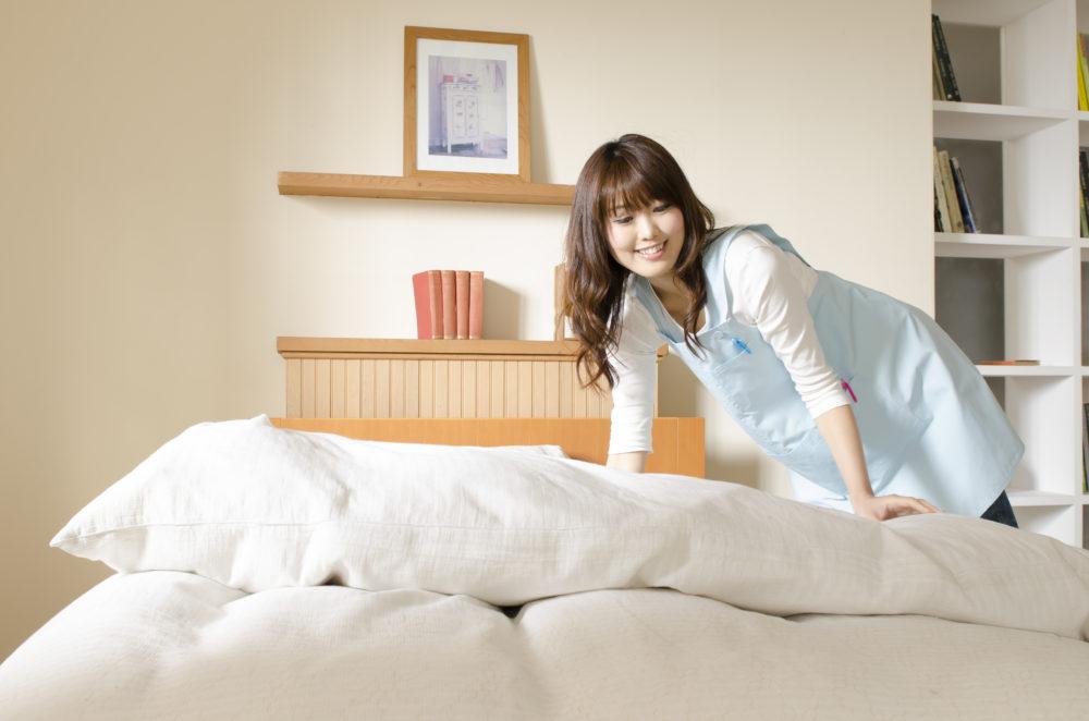 寝具整える妻