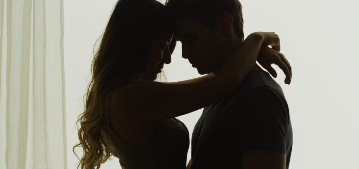 男女 抱き合う